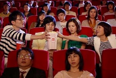 Sinema salonunda mısır yemek