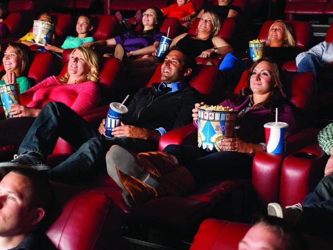 Sinemada ayaklarını uzatarak oturmak